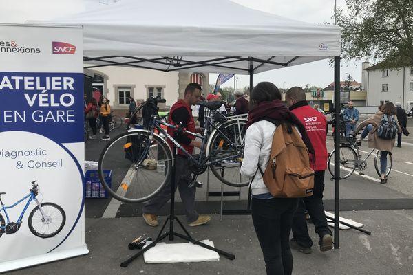 Ateliers de réparations vélo en gare SNCF.