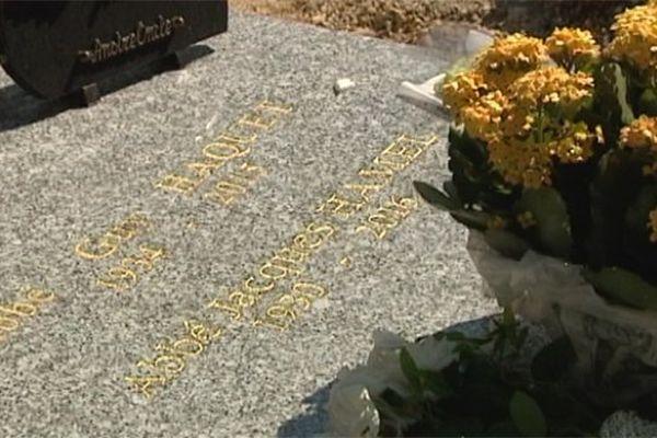 L'humble tombe du père Jacques Hamel, dans le carré des prêtres de la basilique Notre Dame de Bonsecours (Seine-Maritime).