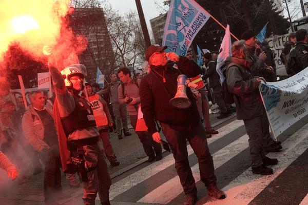 Les manifestants devant la Direction régionale de l'Environnement, de l'Aménagement et du Logement des Pays de la Loire, à Nantes.