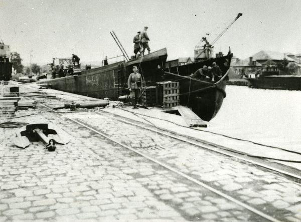 """Soldats allemands préparant un navire à Boulogne-sur-Mer en 1940 et y embarquant du matériel pour l'Opération """"Seelöwe""""."""