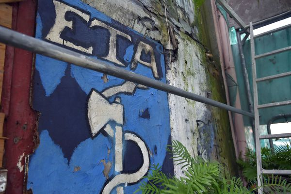 Graffiti ancien reproduisant le logo d'ETA dans un village du pays basque espagnol, Bermeo, 23 février 2018, alors que les militants sont appelés à voter et se prononcer sur la dissolution de l'organisation.