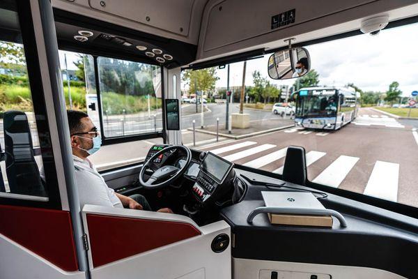 """Un """"safety driver"""", capable de prendre le contrôle du véhicule, reste présent dans le bus."""