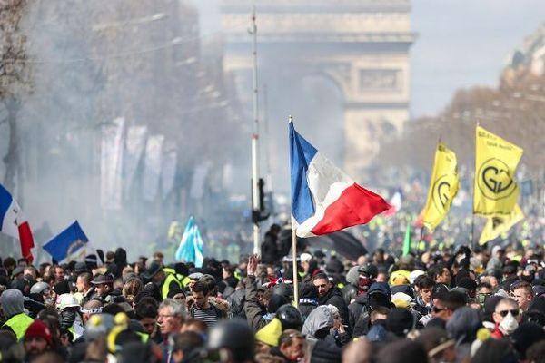 Une manifestation de gilets jaunes sur les Champs-Elysées à Paris, le 16 mars 2019.