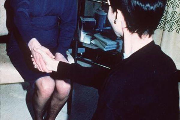 Diana serrant la main d'une personne atteinte du Sida, le 9 avril 1987.
