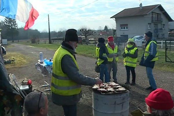 Ambiance barbecue pour les gilets jaunes de Lure en Haute-Saône.