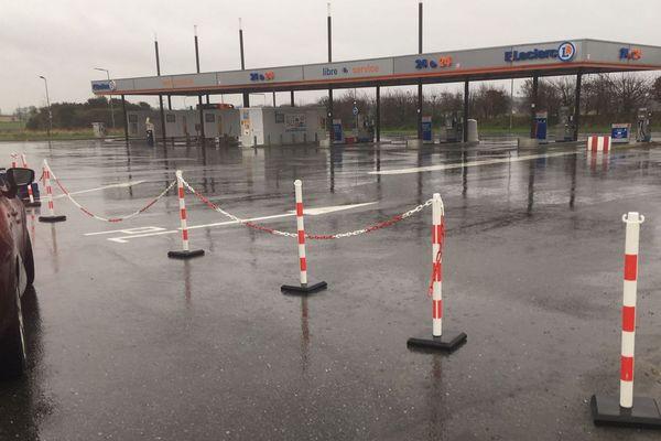 Station service fermée près de Landerneau (Finistère)