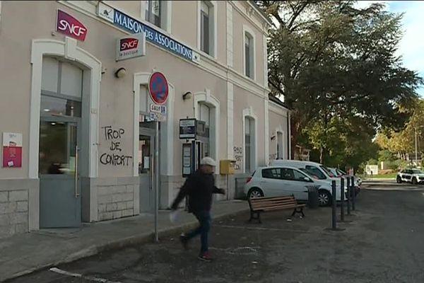 Sur le parvis du guichet SNCF d'Aubenas