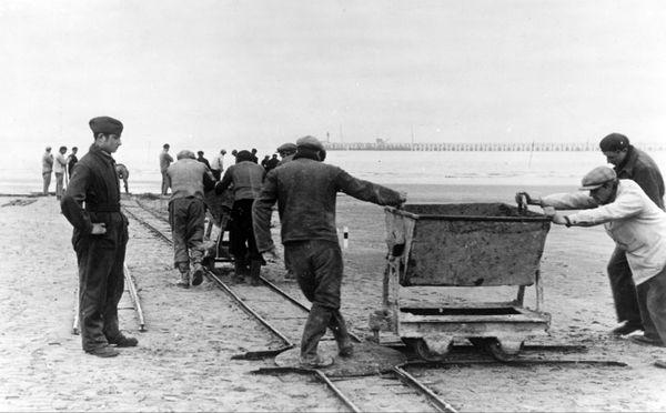 Des travailleurs de l'Organisation Todt à Dunkerque en octobre 1940.