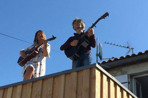 Valérie et Bertrand jouent de la guitare pour leurs voisins.