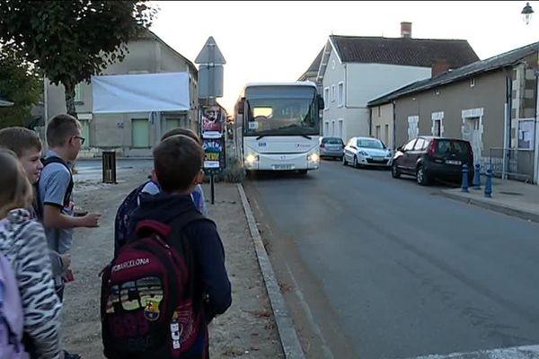 Les collégiens d'Archigny (Vienne) prennent leur bus chaque matin de la semaine devant la mairie pour rejoindre leurs établissements.