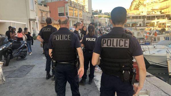 Vallon des Auffes (Marseille). A 20h30, une patrouille de police évacue les lieux, l'apéro est terminé.