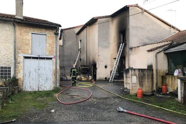 Un homme d'une quarantaine d'années est décédé dans l'incendie de sa maison à Ruffec en Charente.