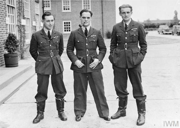 Douglas Bader (au centre, fumant la pipe) en septembre 1940.