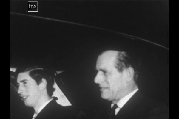 Philip et Charles à bord d'une limousine noire à la descente de l'avion.