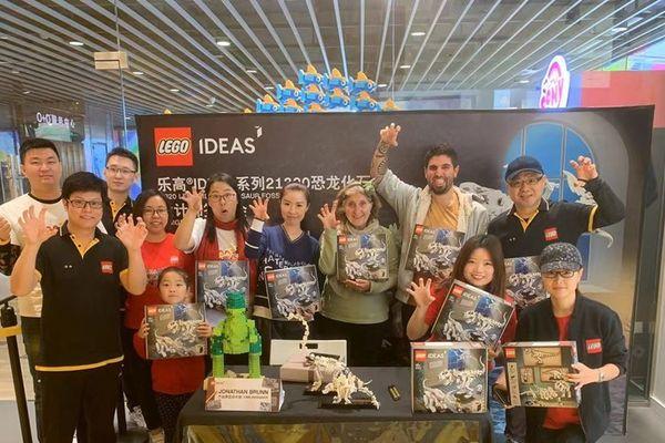 Jonathan Brunn avec ses fans de LEGO en Chine