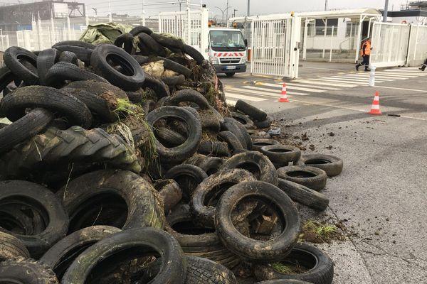 Un tas de pneus déversé par les agriculteurs devant la raffinerie de Donges
