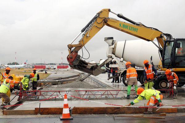 Des travaux de réfection de la piste 2, à Roissy-Charles-de-Gaulle, en 2016.
