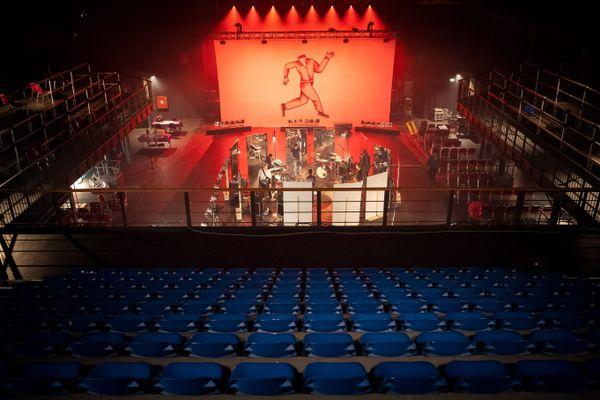 Un concert live diffusé en streaming dans une salle sans spectateurs.