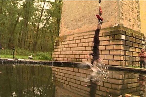 Des ajustements ont été nécessaires: à la place de la toile pour les premiers sauts, un bassin d'eau.