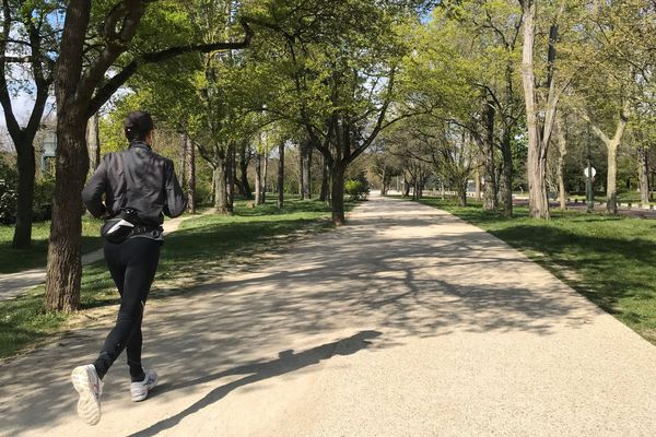 """""""Certains secteurs de la capitale comme les bois de Vincennes et de Boulogne restent fréquentés par de trop nombreux promeneurs et sportifs"""", affirme la préfecture de police de Paris."""