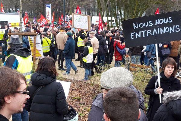 Près de 600 manifestants, dont plusieurs dizaines de Gilets jaunes et une centaine d'étudiants