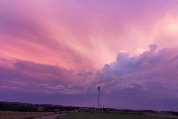 Lever de soleil sous les orages à Bais au sud de Vitré (Ille-et-Vilaine)