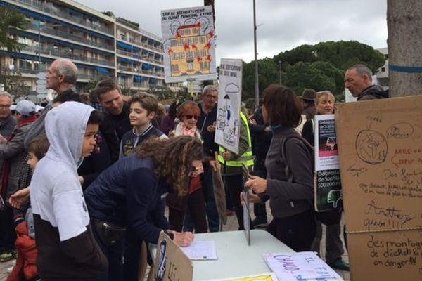 La marche pour le climat à débuté à 11h place du Marechal Juin, à Vence. Plusieurs animations sont présentes (actions contre les banques polluantes, roi carnaval fait par une école...)