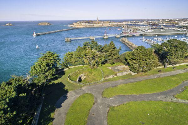 Le site de la Cité d'Alet à Saint-Malo et son poste directeur de tir sélectionné pour faire partie du Loto du Patrimoine 2021