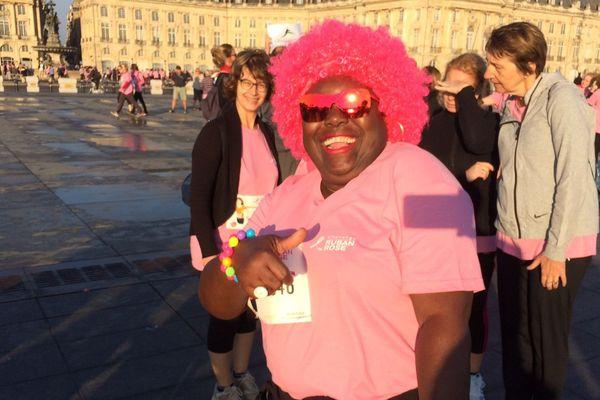 Une participante enthousiaste au challenge du ruban rose ce 15 octobre 2017 à Bordeaux