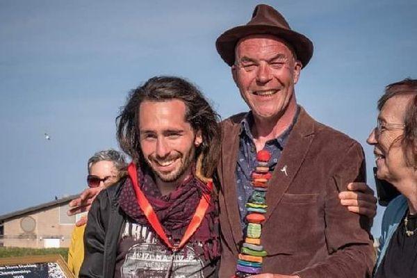 """SP Ranza reçoit le titre de champion d'Europe de """"Stone balancing""""aux côtés de l'organisateur James Craig Pages."""