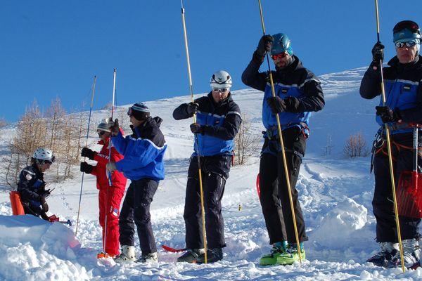 Le peloton de gendarmerie de haute montagne de Briançon, les gendarmes et des pisteurs-secouristes de Crévoux et Vars, lors d'un exercice le 21 janvier 2016.