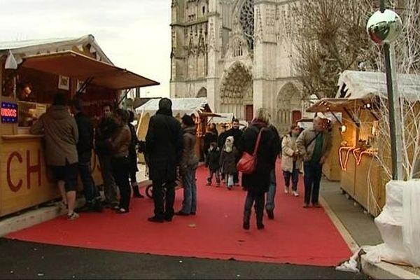 Tapis rouge pour le marché de Noël qui a investit la place de la cathédrale rénovée