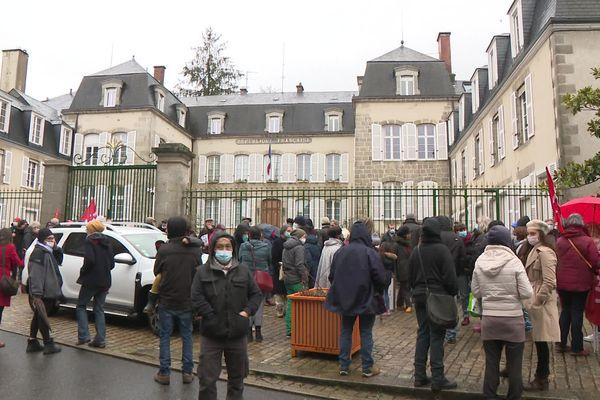 Une centaine de personnes réunie ce samedi 30 janvier devant la préfecture de la Creuse en soutien à Yolande.