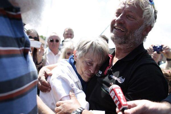 Yvan Bourgnon et sa mère Suzanne à l'arrivée de son tour du monde en catamaran de sport