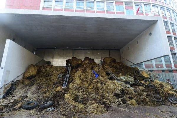 L'entrée de la cité administrative de Toulouse obstruée par le fumier