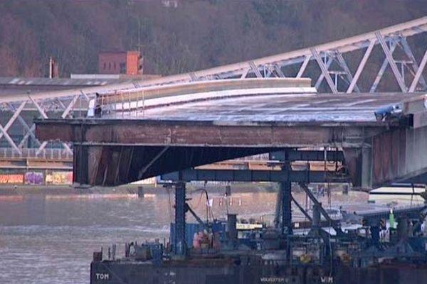 Le tablier chargé sur une immense barge en attente près du viaduc d'Eauplet