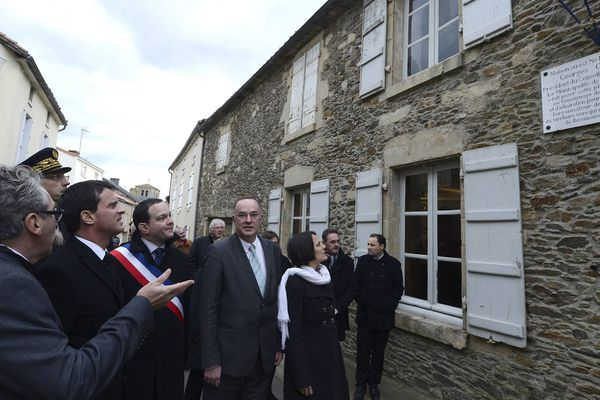 Manuel Valls, alors Premier ministre, en visite à Mouilleron en 2014, devant la maison natale de Georges Clémenceau. Avec l'écharpe tricolore, Valentin Josse, maire de la ville, accompagné du député PS Hugues Fourage, au centre.