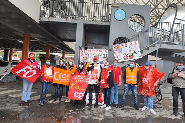 Une cinquantaine de grévistes se sont rassemblés devant l'hypermarché Auchan ce matin. Cela n'était pas arrivé depuis 20 ans selon l'intersyndicale.