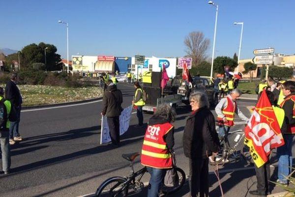Une cinquantaine de gilets jaunes bloquaient ce matin le rond-point devant Auchan, accompagné de quelques syndicalistes CGT