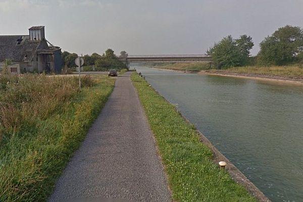 Le corps a été découvert par des pêcheurs, flottant sur le canal du Nord.