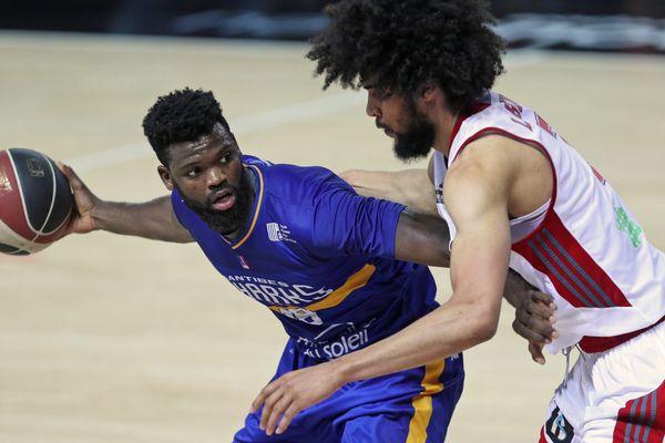 Nianta Diarra (g) aux prises avec le Strasbourgeois Louis Labeyrie (d) lors du match de basket de PROA opposant la Sig Strasbourg à Antibes, le 5 mai 2018.