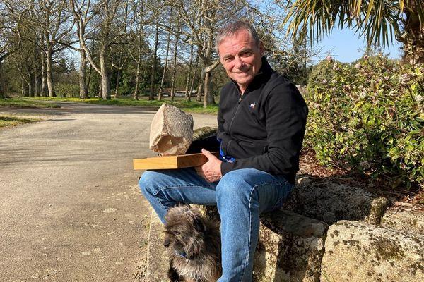 Hinault, chez lui, avec son pavé et son chien.  Celui-là reste au pied, et ne traverse pas devant les coureurs...