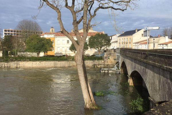Au Vieux-Pont à Niort, la Sèvre niortaise a nettement baissé et se situait samedi matin en dessous de sa cote de débordement.