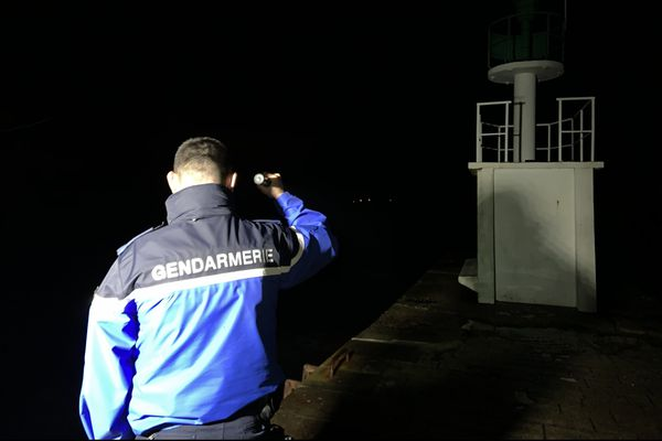 Des patrouilles au sol et parfois un hélicoptère sont mobilisés pour surveiller les parcs à huîtres en cette période sensible d'avant les fêtes.