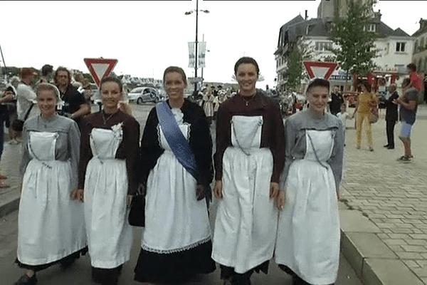 La reine des Filets Bleus, la vice-reine et les demoiselles d'honneurs