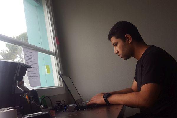 Comme beaucoup d'autres étudiants étrangers, cet étudiant marocain est confiné dans une chambre en cité universitaire.