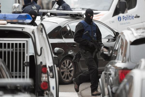 Un homme a été inculpé de terrorisme à Bruxelles le 21 novembre 2015. Il serait lié aux attentats de Paris. Cette photo prise le 16 novembre montre une opération de police le 16 novembre 2015 à Molenbeek Saint-Jean.