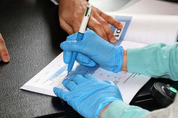 Un électeur vote avec des gants, à Roubaix, ce dimanche