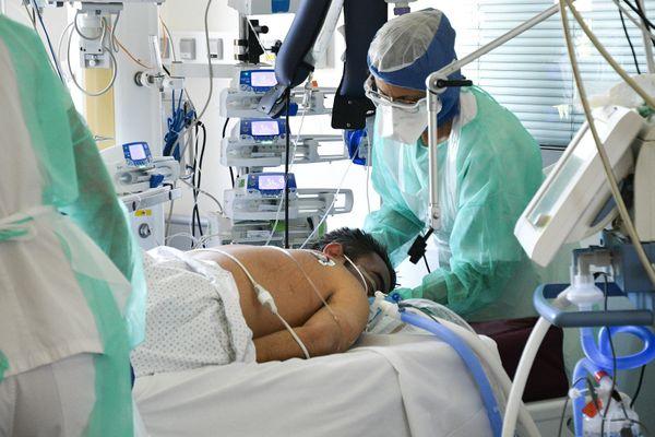 Les soignants sur un patient Covid-19 dans le service réanimation Unité Covid + à l'hôpital de la Croix-Rousse à Lyon. Avril 2020.