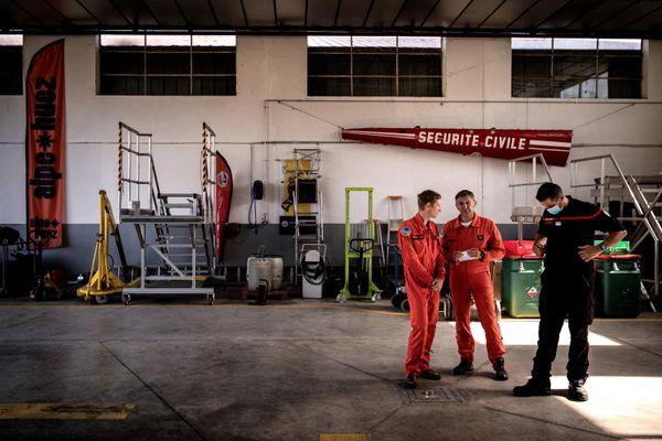 Des membres de la Sécurité civile à l'aérodrome du Versoud (Isère) après le crash d'un hélicoptère qui a fait un mort.
